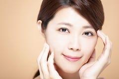 Frau mit natürlichem Make-up und sauberer Haut stockfoto