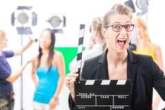 Frau mit Nehmenklatschen an der Videoproduktion auf Filmkulisse Lizenzfreie Stockfotos