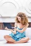 Frau mit netbook Stockfoto