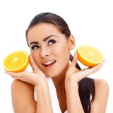Frau mit neuen orange halfs in ihren Händen Stockbild