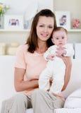 Frau mit neugeborenem Schätzchen Lizenzfreie Stockfotografie