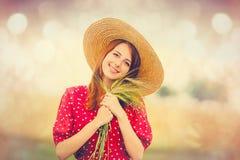 Frau mit Niederlassung des Weizens auf dem wunderbaren Feld Lizenzfreie Stockbilder