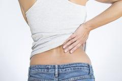 Frau mit niedrigeren Rückenschmerzen Stockbild