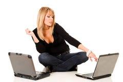 Frau mit Notizbüchern Stockfoto