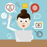 Frau mit Notizbuch und Social Media-Ikonen Stockfoto