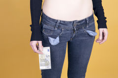 Frau mit nur einer Anmerkung des Euros fünf Lizenzfreie Stockfotos
