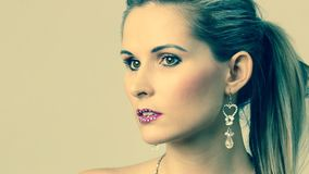 Frau mit Ohrring stock video