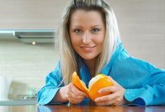 Frau mit Orange Stockbild
