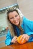 Frau mit Orange Lizenzfreie Stockbilder