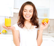 Frau mit Orangensaft Lizenzfreies Stockbild