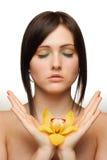 Frau mit Orchidee in ihren Händen Stockfotografie
