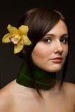 Frau mit Orchidee und Halsketten vom Blatt Lizenzfreie Stockfotografie