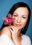 Frau mit Orchideeblume stockbilder