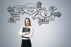 Frau mit Ordner und Geschäft entwerfen auf Grau Lizenzfreies Stockbild