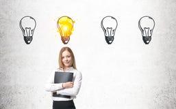 Frau mit Ordner und vier Glühlampen Stockfoto