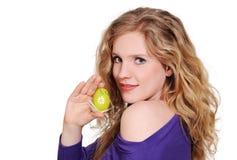 Frau mit Osterei Lizenzfreies Stockfoto