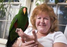 Frau mit Papageien Stockfotos