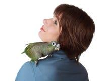 Frau mit Papageien auf Schulter Stockfotos