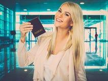 Frau mit Pass im Flughafen Lizenzfreies Stockfoto