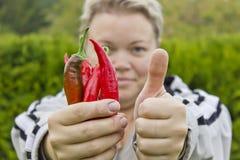 Frau mit Peperoni stockfotos