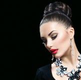 Frau mit perfektem Make-up und Luxuszubehör Stockbilder