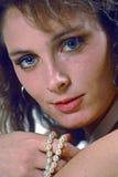 Frau mit Perlen Stockfoto
