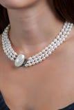 Frau mit Perlenhalskette Stockbilder