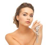 Frau mit Perlenohrringen und -halskette Lizenzfreie Stockfotos