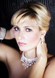 Frau mit Perlenschmucksachen Stockbilder