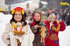 Frau mit Pfannkuchen während des Maslenitsa Festivals stockbild