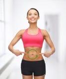 Frau mit Pfeilen auf ihrem Magen Lizenzfreie Stockfotografie