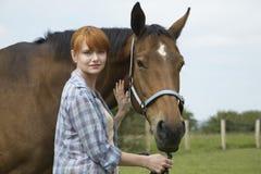 Frau mit Pferd auf dem Gebiet Lizenzfreies Stockbild