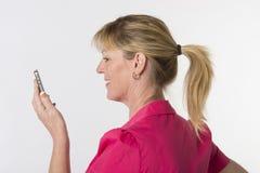 Frau mit Pferdeschwanz unter Verwendung eines Telefons Stockbilder