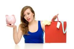 Frau mit piggybank und Einkaufenbeuteln Lizenzfreie Stockfotografie