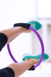 Frau mit Pilates-Yogaring Stockfotografie