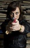 Frau mit Pistole und Lederjacke Stockfotos