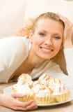 Frau mit Platte der Kuchen Stockfotografie