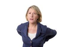 Frau mit Rückenschmerzen und besorgtem Gesicht stockfoto