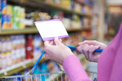 Frau mit Rabatt-Beleg für den Einkauf Stockbilder