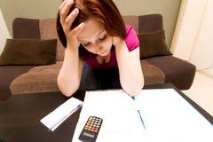 Frau mit Rechnungen Stockbild