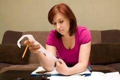 Frau mit Rechnungen Lizenzfreie Stockfotografie