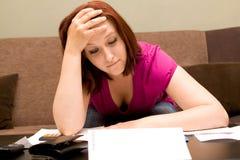 Frau mit Rechnungen Stockfoto