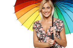 Frau mit Regenbogenregenschirm Stockfoto