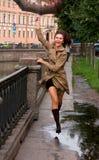 Frau mit Regenschirm lizenzfreies stockfoto