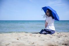 Frau mit Regenschirm lizenzfreie stockfotos