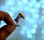 Frau mit Regenschirm auf Bokeh-Hintergrund lizenzfreie stockbilder
