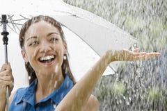 Frau mit Regenschirm im Regen Lizenzfreies Stockfoto