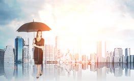 Frau mit Regenschirm unter der Sonne lizenzfreie stockfotos