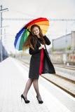 Frau mit Regenschirmblick auf Füße Lizenzfreie Stockbilder