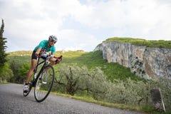 - Frau mit Rennrad in der vollen Geschwindigkeit abwärts radfahren Stockfoto